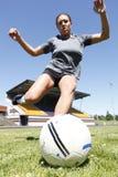 Mujer joven que juega a fútbol Imagen de archivo libre de regalías