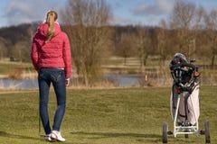 Mujer joven que juega a golf Fotografía de archivo
