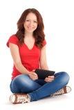 Mujer joven que juega a juegos en la tableta Fotos de archivo libres de regalías