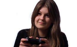 Mujer joven que juega a los videojuegos Fotos de archivo