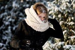 Mujer joven que juega lucha de la bola de nieve Foto de archivo