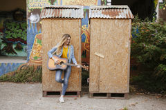Mujer joven que juega música en la calle Imagen de archivo