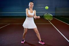Mujer joven que juega a tenis Imágenes de archivo libres de regalías