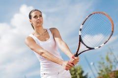 Mujer joven que juega a tenis Fotografía de archivo libre de regalías