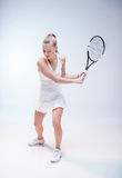 Mujer joven que juega a tenis Imagenes de archivo
