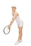 Mujer joven que juega tenis y la sonrisa Imagen de archivo libre de regalías
