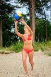 Mujer joven que juega a voleibol Imagen de archivo libre de regalías