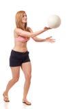 Mujer joven que juega a voleibol Imagen de archivo