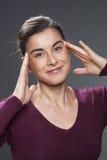 Mujer joven que la levanta ojos para el rejuvenecimiento de la piel Imagen de archivo
