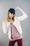 Mujer joven que le muestra los músculos del brazo Imagen de archivo