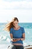 Mujer joven que lee su tableta Foto de archivo