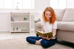 Mujer joven que lee un libro Fotos de archivo libres de regalías