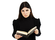 Mujer joven que lee un libro Fotografía de archivo libre de regalías