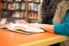 Mujer joven que lee un libro Imagen de archivo libre de regalías