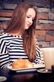 Mujer joven que lee un libro Foto de archivo