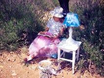 Mujer joven que lee un libro debajo del árbol Imagenes de archivo