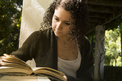 Mujer joven que lee un libro en otoño Fotografía de archivo libre de regalías