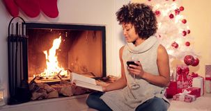 Mujer joven que lee un vino rojo de consumición almacen de video