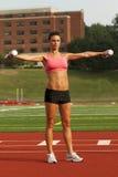 Mujer joven que levanta pesas de gimnasia Imagen de archivo