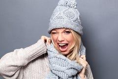 Mujer joven que liga dinámica que guiña para la actitud del invierno de la diversión foto de archivo libre de regalías
