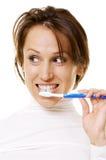 Mujer joven que limpia sus dientes Imágenes de archivo libres de regalías