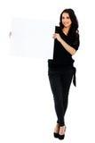 Mujer joven que lleva a cabo al tablero en blanco Foto de archivo libre de regalías