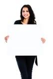 Mujer joven que lleva a cabo al tablero en blanco Imagen de archivo libre de regalías