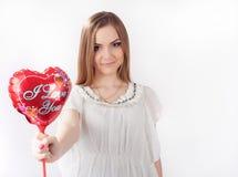Mujer joven que lleva a cabo el corazón del juguete Imagen de archivo