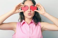 Mujer joven que lleva a cabo el corazón rojo Fotos de archivo