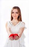 Mujer joven que lleva a cabo el corazón del juguete Fotos de archivo
