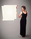 Mujer joven que lleva a cabo el espacio blanco de la copia de papel del origami Imágenes de archivo libres de regalías
