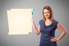 Mujer joven que lleva a cabo el espacio blanco de la copia de papel del origami Imagen de archivo libre de regalías
