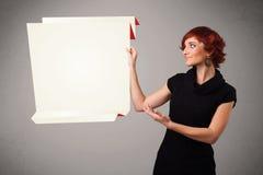 Mujer joven que lleva a cabo el espacio blanco de la copia de papel del origami Fotografía de archivo libre de regalías