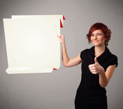 Mujer joven que lleva a cabo el espacio blanco de la copia de papel del origami Fotos de archivo