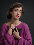 Mujer joven que lleva a cabo el libro del salm y una cruz Imagenes de archivo