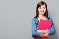 Mujer joven que lleva a cabo el uso de trabajo Imagen de archivo libre de regalías