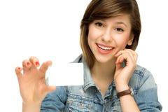 Mujer joven que lleva a cabo la muestra en blanco Fotos de archivo libres de regalías