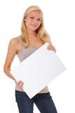 Mujer joven que lleva a cabo la muestra en blanco Fotografía de archivo libre de regalías