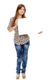 Mujer joven que lleva a cabo a la tarjeta blanca vacía, imagenes de archivo