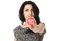 Mujer joven que lleva a cabo símbolo del descuento en sus brazos Imágenes de archivo libres de regalías