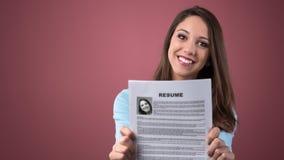 Mujer joven que lleva a cabo su curriculum vitae Imagen de archivo libre de regalías