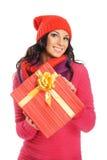 Mujer joven que lleva a cabo un regalo de Navidad Foto de archivo libre de regalías