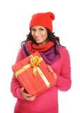 Mujer joven que lleva a cabo un regalo de Navidad Fotos de archivo