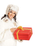Mujer joven que lleva a cabo un regalo de Navidad Fotos de archivo libres de regalías