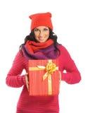 Mujer joven que lleva a cabo un regalo de Navidad Foto de archivo