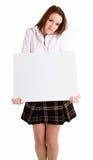 Mujer joven que lleva a cabo una muestra blanca en blanco Fotos de archivo libres de regalías