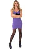 Mujer joven que lleva el cortocircuito apretado Mini Dress de la púrpura y los zapatos del tacón alto Foto de archivo libre de regalías