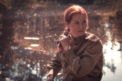 Mujer joven que lleva la forma del ejército rojo Fotos de archivo