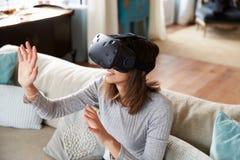 Mujer joven que lleva las auriculares de la realidad virtual en estudio imágenes de archivo libres de regalías