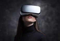 Mujer joven que lleva los vidrios de la realidad virtual Fotografía de archivo libre de regalías